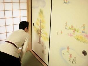 徳島県阿波市円光寺にて、襖絵の100人の子供たちを見つめる澁谷玉麗。